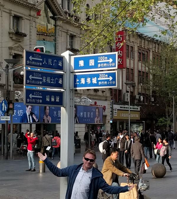 Alex Baar aan het navigeren in Shanghai, het kan wel eens verwarrend zijn
